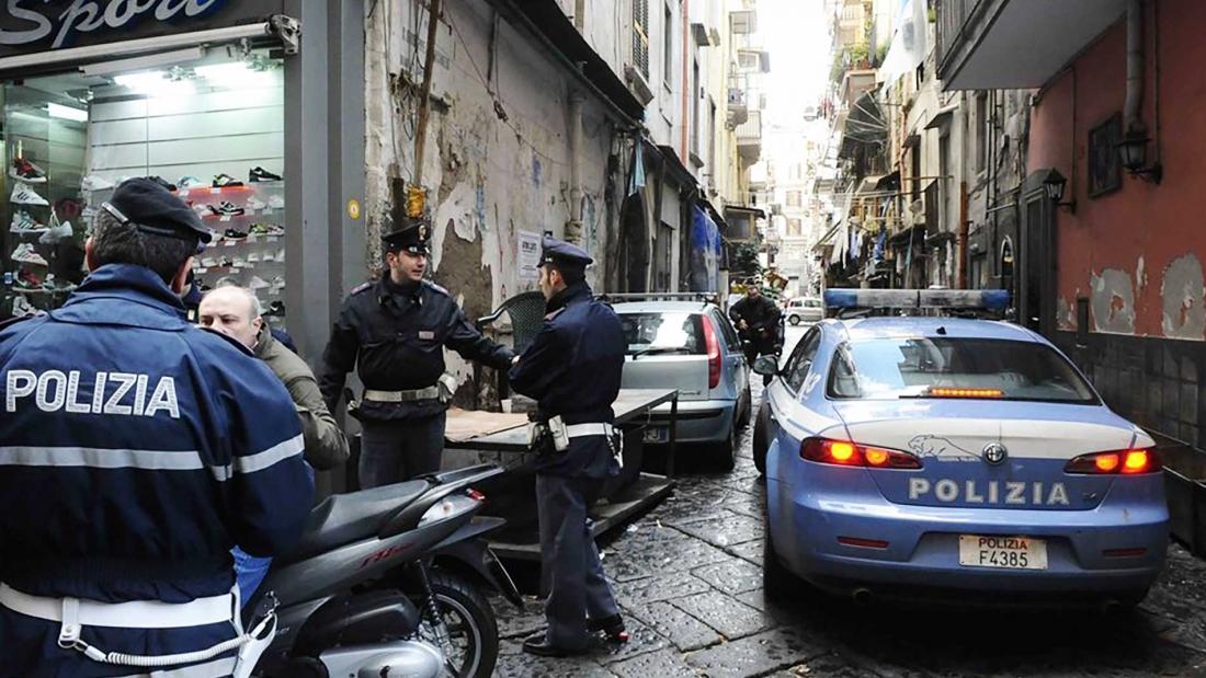 Poliziotti nel centro di Napoli
