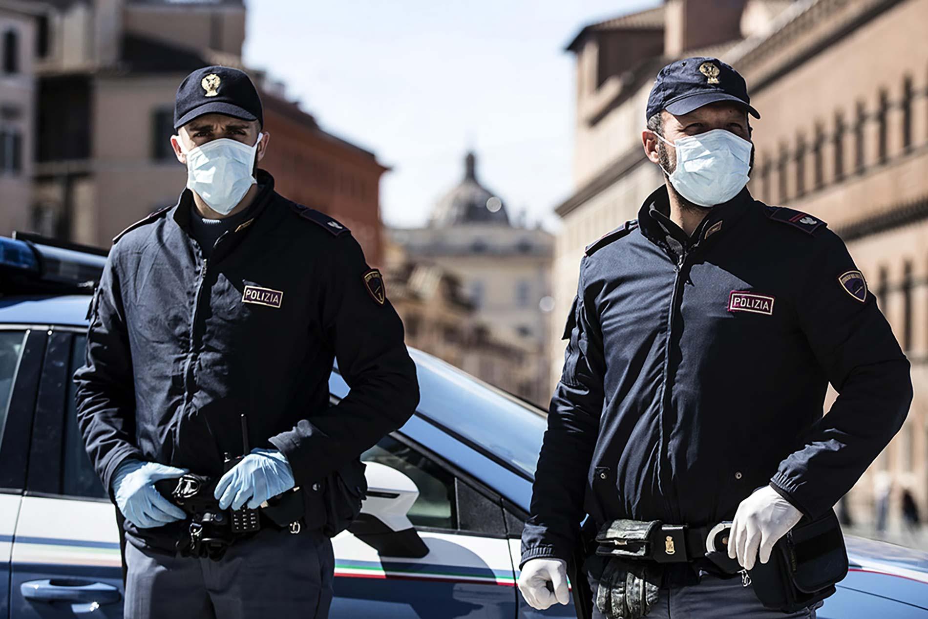 Poliziotti con mascherina per emergenza COVID-19